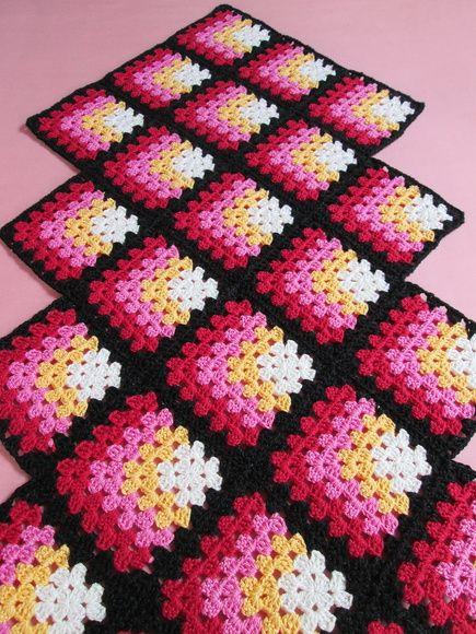 Centro mesa geomйtrico, feito em crochк. Com cores б moda anos 60. Para dar aquele toque retrф que faltava na sua casa!