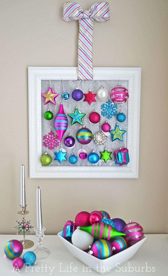 He aquí un toque divertido en un Calendario de Adviento-frame 25 adornos favoritos y que los niños cuelgan uno en el árbol cada día (una vida bonita en los suburbios):