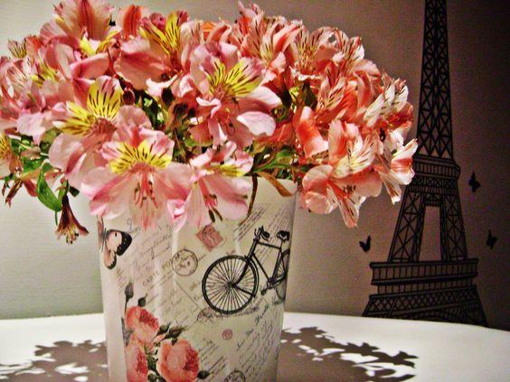Florero elaborado a partir de un recipiente plástico, con decoupage para aludir el estilo vintage