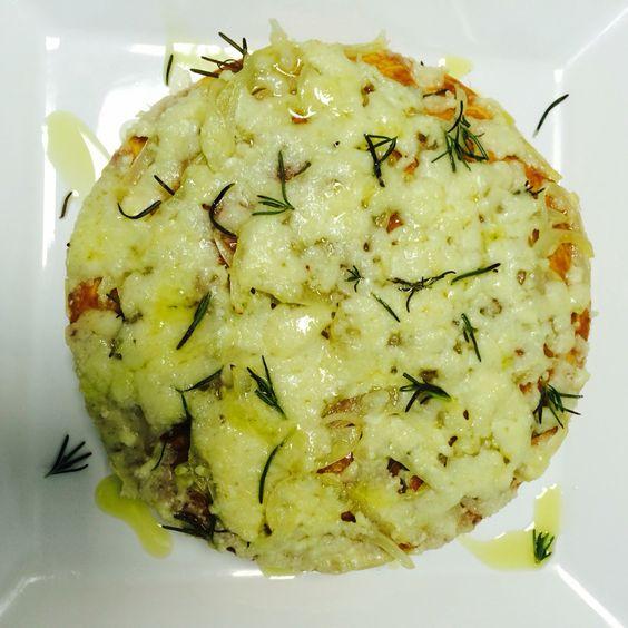 Receita feita em um dia de prova. Focaccia com cebola refogada no azeite, queijo parmesão derretido coberto com alecrim e azeite.