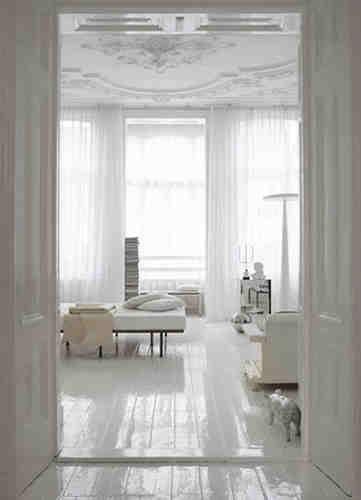 Weiß lakierter Holzfussboden