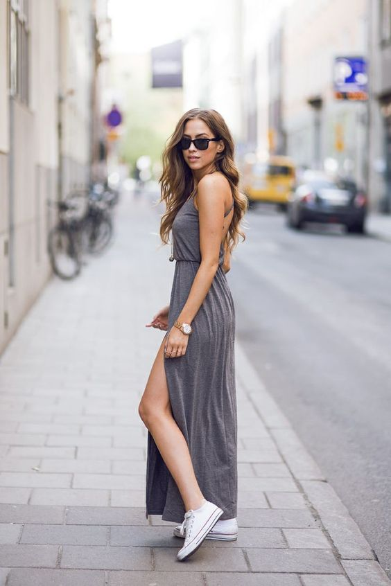 Un abito in jearsey elasticizzato e fluido, con cintura in vita, e ampio spacco laterale che lascia intravedere le #Converse. #outfit