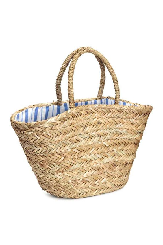 Straw bag: Sturdy bag in braided seagrass with imitation leather details, two short handles at the top, two inner compartments and a striped cotton lining. Size 19x28x55 cm.