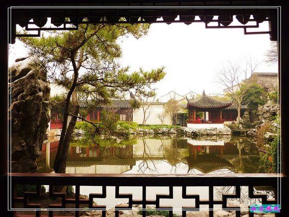 苏州园林之框景艺术(一) 艺圃,画框框住水面、松柏、亭子里的游客等