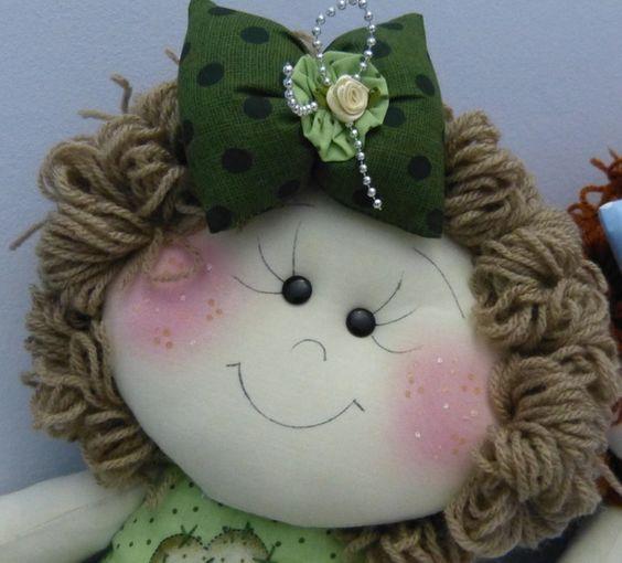 Boneca confeccionada em malha e tricoline 100% algodão de estampa delicada (bonequinhas e poás), com enchimento de fibra siliconizada antialérgica.  Produto 100% artesanal, peça exclusiva, lavável.  Sua saia não é colada.  Cabelo em lã lisa castanhos, cacheado curto.  Acabamento com flores de cetim, renda de algodão, apliques de coração e flor de fuxico.  Possui 45 cm de altura. R$ 100,00