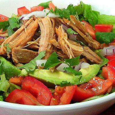 Ensalada verde con carnitas de cerdo // Pork carnitas green salad.