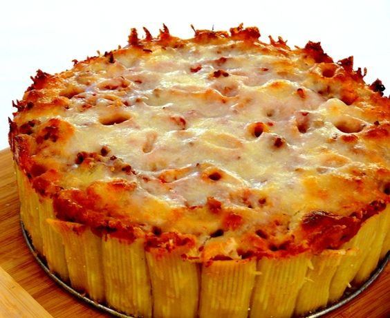 Pretty easy! Pasta pie with rigatoni. Mix everything together and pour over the noodles and bake: Noble Pig, Pasta Recipes, Yummy Food, Food Pasta, Recipes Pasta, Garlic Bread, Pasta Noodles
