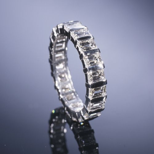 Google Image Result for http://www.adamasfinejewelry.com/SI-Sites/AdamasFineJewelry/ClientFiles/Images/products/weddingcollection/lg_wb18L.jpg