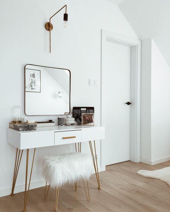Glam Vibes! Die richtige Leuchte ist von großer Wichtigkeit in unserem Zuhause - denn diese setzen sie stimmungsvollen Effekte. Auch die messingfarbene Wandleuchte WARREN von Menu begeistert durch ein schönes Design und das angenehmes Licht schmeichelt jedem Raum. // Schminktisch Wohnzimmer Ideen Hocker Fell Spiegel Sideboard Gold Skandinavisch Weiss Glam Leuchte Lampe #Schminktisch #Wohnzimmer #Wohnzimmerideen #Ideen #Hocker #Fell #Spiegel #Sideboard #Gold #Leuchte #Lampe @liczihouse