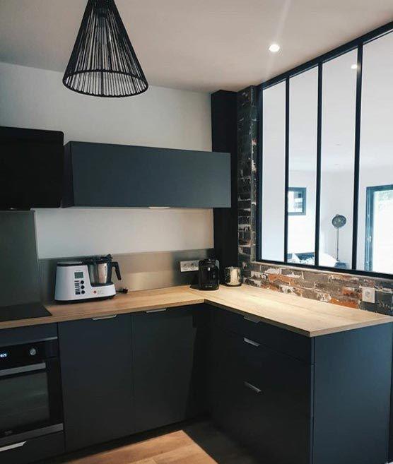 cuisine noire et bois avec verriere