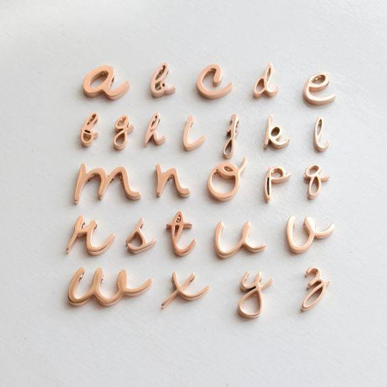 Diese skurrilen kursive Schrift ist exklusiv für Olive Yew - Sie finden es anderswo nicht. Alle Buchstaben sind etwa 1/4 Zoll hoch, aber die