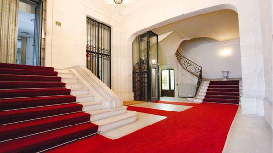 Alma - Montaigne | Special Properties | Triplex transformado em escritórios em um prédio considerado monumento histórico. | São 294,2m² distribuídos em um andar com 108m², outro com 83,1m² e  térreo de 86,10m² com mezanino de 16,5m² | Espaçoso e luminoso. | Zelador e código. | Valor de Venda: €$ 3.300.000,00