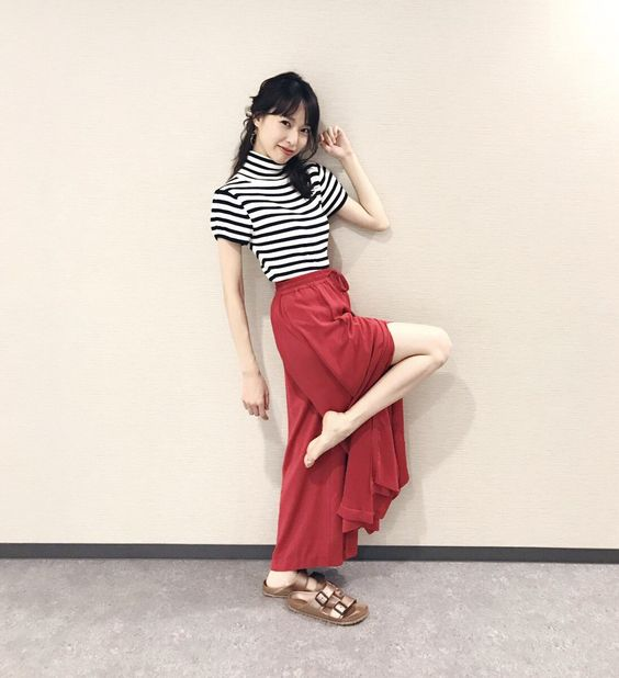 赤のスカートときれいな脚の戸田恵梨香さん