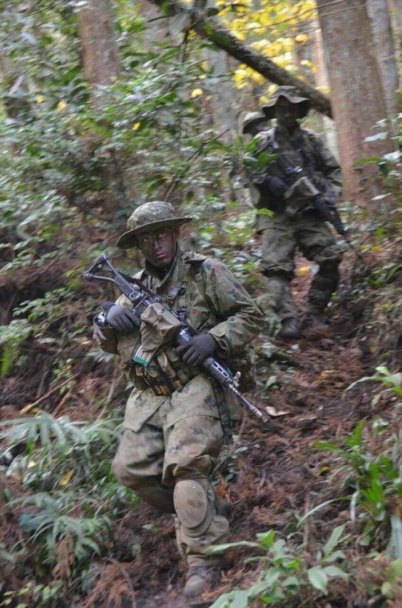 森の中を歩く自衛隊員