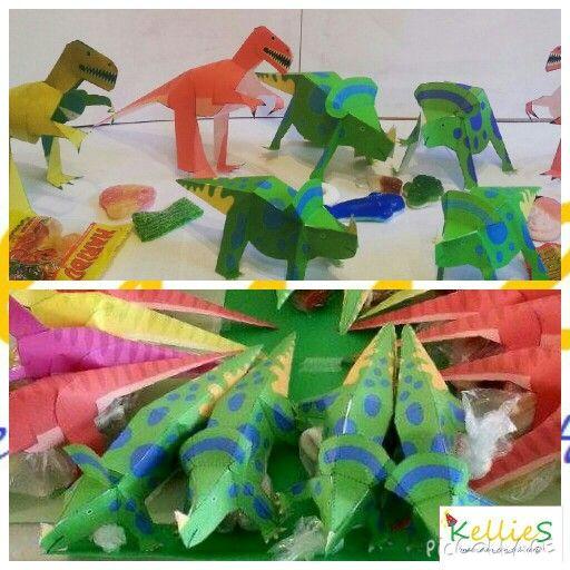 Dinosauriërs met gevuldr buikjes van snoep.   Te bestellen bij KellieS Zonder inhoud 1,00 Met inhoud (cake, snoep, rozijnen e.d.) 1,50  Prijzen zijn excl. BTW