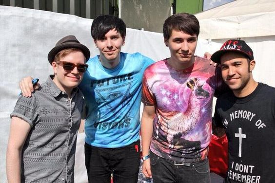 DAN AND PHIL WITH PATRICK AND PETE FROM FALL OUT BOY :D
