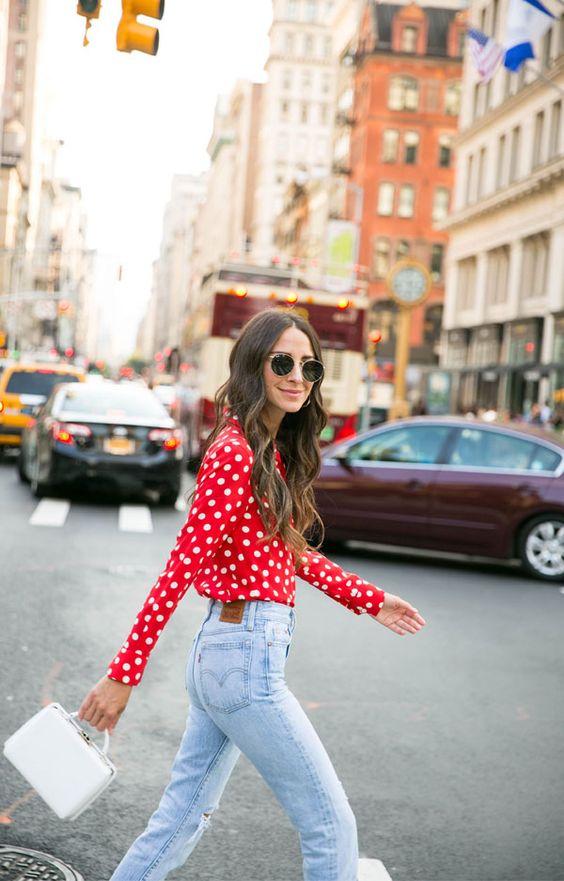 Para um look mais vintage, aposte na camisa vermelha de poá branco. A combinação com a calça jeans de cintura alta de lavagem clara finaliza a produção ao lado da bolsa branca super 60´s.  it girl - camisa-vemelha-bolinha-branca - poá - inverno - street style