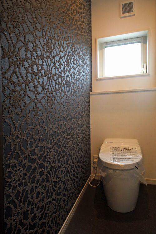 壁紙を豪華にしたトイレ 家 トイレ 木造