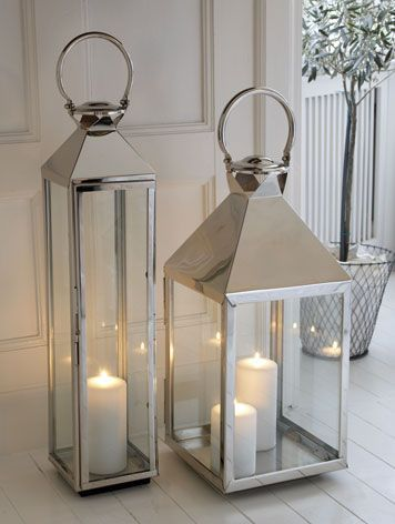Mooie strakke zilveren kandelaren als contrast van al het witte. Kaarsen erin er is gelijk weer warmte gecreëerd. #pintratuin