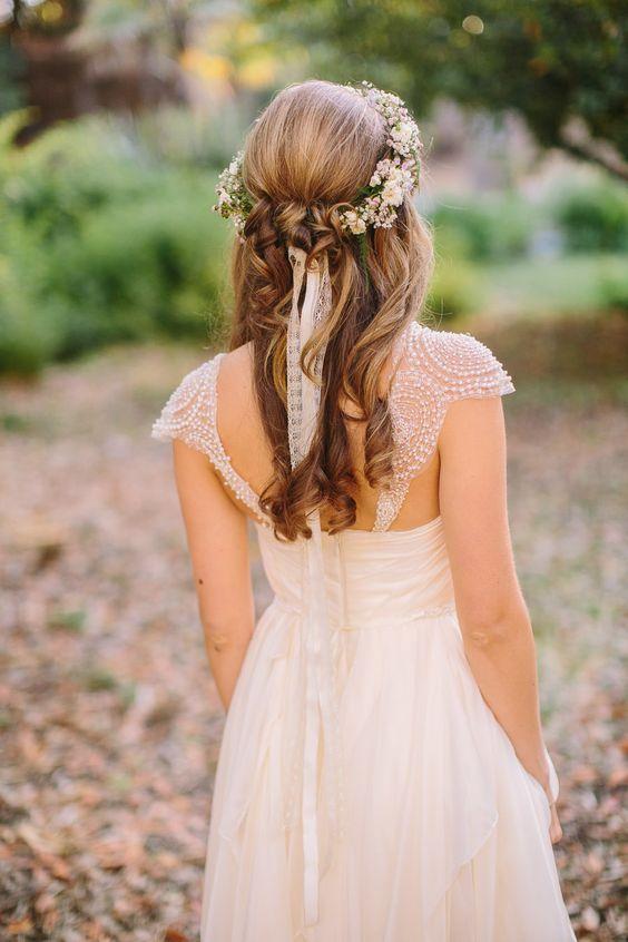 Para un aire romántico y bohemio, corona de flores y cintas de puntilla