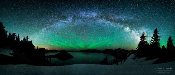 Milchstraße über Crater Lake mit Nachthimmelsleuchten