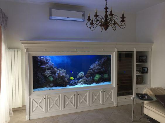 Meerwasser-Aquarium als Raumteiler in Großraumbüro aquarium