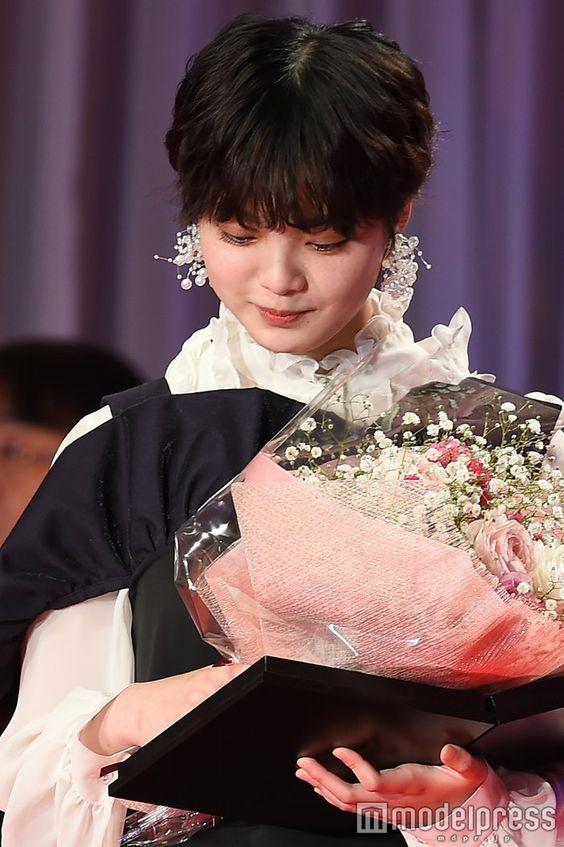 花を持つ平手友梨奈さん