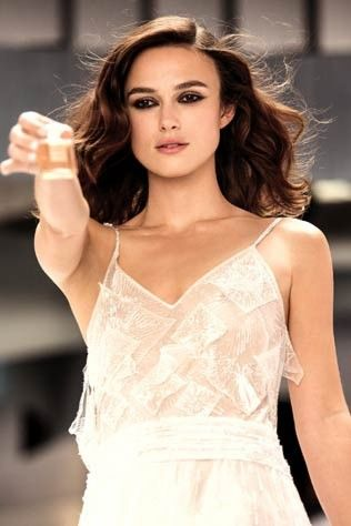 why keira knightley doesn t mind stains on her chanel wedding dress beauty news pinterest. Black Bedroom Furniture Sets. Home Design Ideas