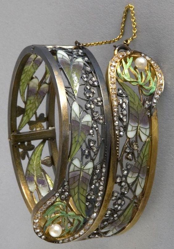 Una pulsera de estilo Art Nouveau, de Lluís Masriera, alrededor de 1905. Un brazalete articulado compuesto de plata dorada, esmalte plique-à-jour, diamantes y perlas.