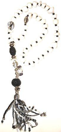 blanco y negro, largo. collar realizado con coral blanco, cuentas de coco, piedras semi preciosas, rocalla, zamak y cuentas krobo. Medida collar: 70 cm + Medida colgante: 27 cm