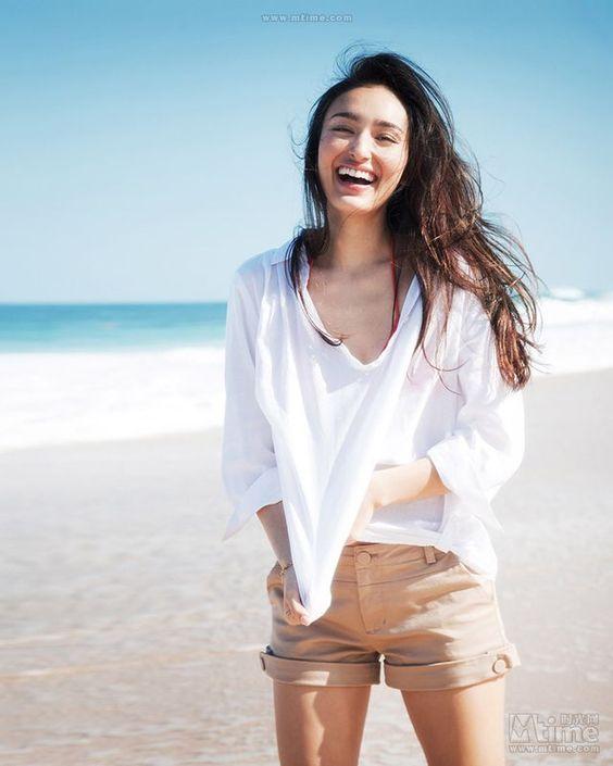 ビーチで爽やかな笑顔の長谷川潤