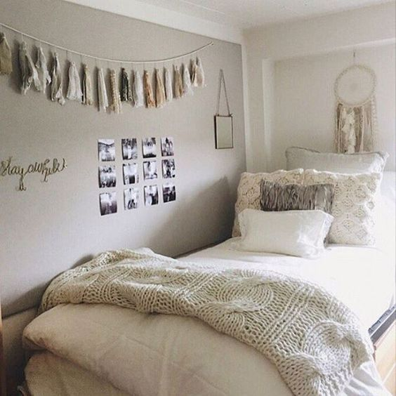 A simple look to dorm room decor! I love dorm room ideas!