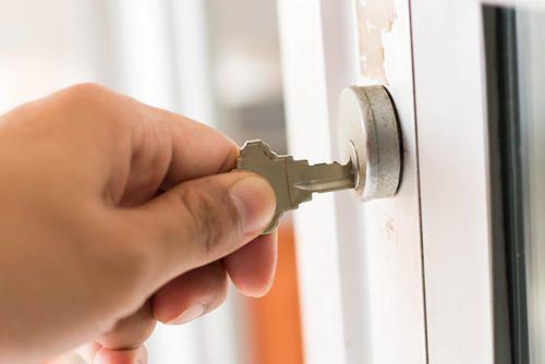 鍵を交換する時の費用はどれくらい ドアノブの種類や費用の相場を解説 暮らしの知識 オリーブオイルをひとまわし 暮らし 玄関 鍵 ドア