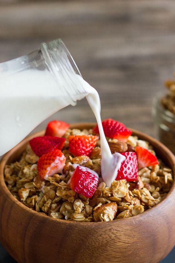 Hoy os traigo 7 recetas de granola casera para que convirtáis vuestros desayunos y meriendas en una fiesta. Que ¿qué es la granola? pues se trata de una mezcla de cereales, fruto secos, especies y semillas