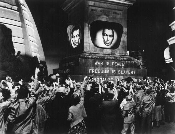 Photo extraite du film 1984. Nous ne rêvons déjà plus de lieux utopiques, nous idéalisons moins la réalité. Ce ne sont plus les utopies qui agitent la littérature, le cinéma ni même nos perspectives de vie, mais bien au contraire : la dystopie, la catastrophe qui naît quand l'individu disparaît. Pourquoi notre paradigme sociale est-il si sombre ?