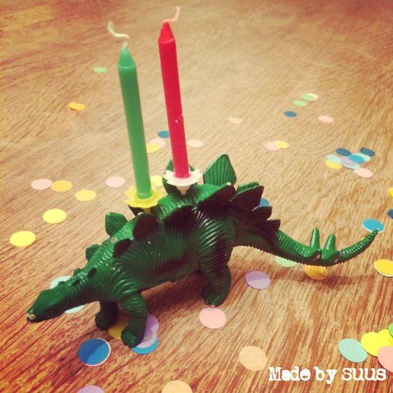 Super stoere dino om je verjaardagskaarsjes in te zetten. Boor met een klein boortje gaatjes in het plastic dier. Belangrijk is dat deze stevig staat. Zet daarna de kaarsenhouders erin die je eventueel vastzet met wat lijm en je kinderfeestje kan niet meer stuk!