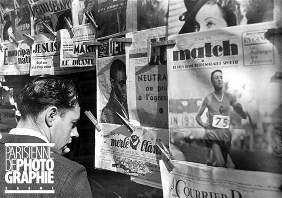 Kiosque à journaux. Paris, août 1936.