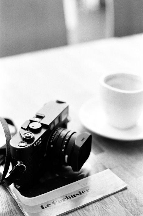 カメラとコーヒーカップのモノクロ・白黒写真の壁紙