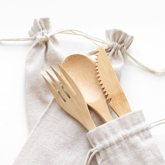 Why use disposable plastic cutlery when you can bring your own? Our reusable bamboo cutlery set is made from 100% natural bamboo and comes in a linen pouch so you can bring it with you everywhere you go! 🌿