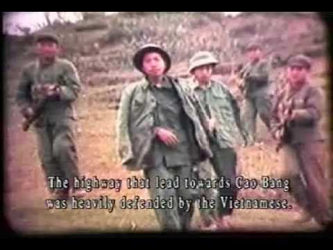 Tropas chinesas escoltam prisioneiros vietnamitas.