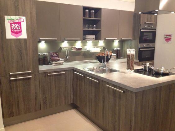 Brugman Keukens, zonder de bovenkastjes in het midden