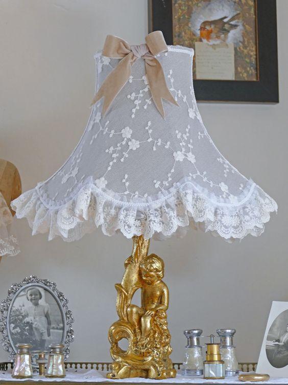 Lampe shabby chic, abat-jour dentelle, pied de lampe ange