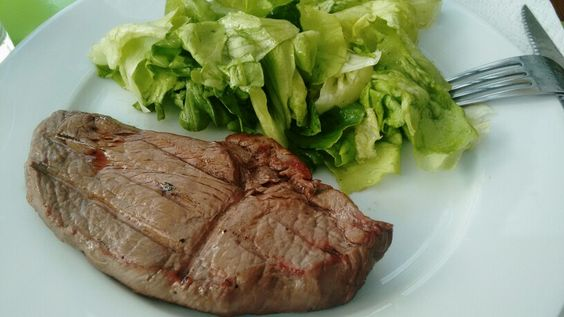Rumpsteak | Kopfsalat | Olivenöl | Balsamicoessig | Steakpfeffer | Meersalz