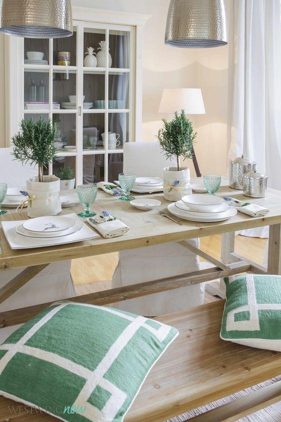 Mit der leichten Patina wirkt der Tisch wie ein schlichtes altes Bauernmodell. Die Hussenstühle machen den Look gemütlich und gleichzeitig elegant. Netter Sidekick: Die Sitzbank – lässt das Ensemble sofort viel weniger formell aussehen.
