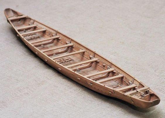 C'est un pêcheur de la ville de Zambratija (Croatie) qui avait indiqué en 2008 l'emplacement du navire de 7 mètres de longueur et de 2,5 mètres de large à une équipe d'archéologues. Le bateau cousu est un type de bateau en bois dont les pièces ont été cousu ensemble en utilisant des cordes et des racines de saule, ce type de construction navale date de 1200 avant JC !