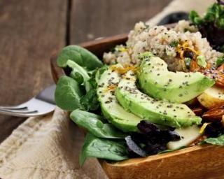 Healthy salade quinoa, avocat, épinards, orange, amandes, noix et graines de chia : http://www.fourchette-et-bikini.fr/recettes/recettes-minceur/healthy-salade-quinoa-avocat-epinards-orange-amandes-noix-et-graines-de