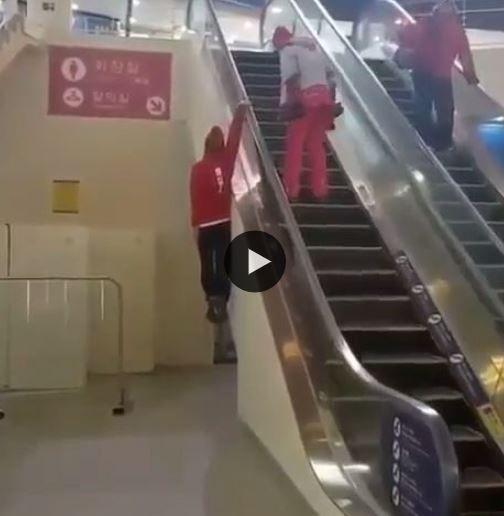 Cada um sobe a escada rolante da maneira que acha melhor