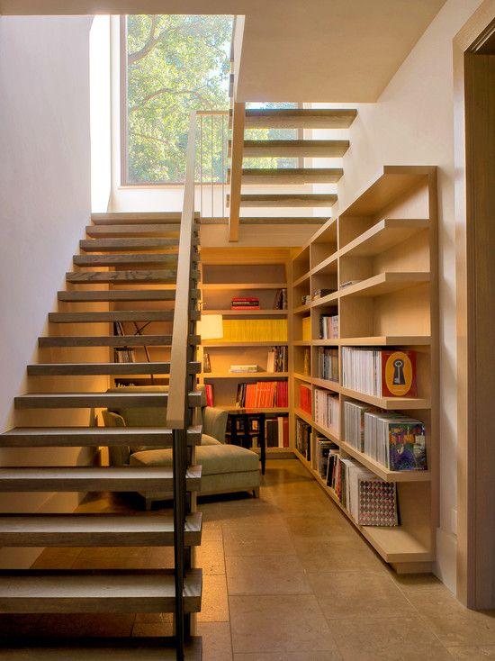 Pequeno escritório ou área para leitura e descanso sob as escadas.  Fotografia: www.decorfacil.com