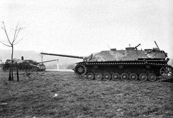 Une paire de chasseur de chars allemand Jagdpanzer IV/70 (A), capturé par les États-Unis 1ère Armée dans les environs de Oberpleis, (RDA de Bonn). 25 mars 1945