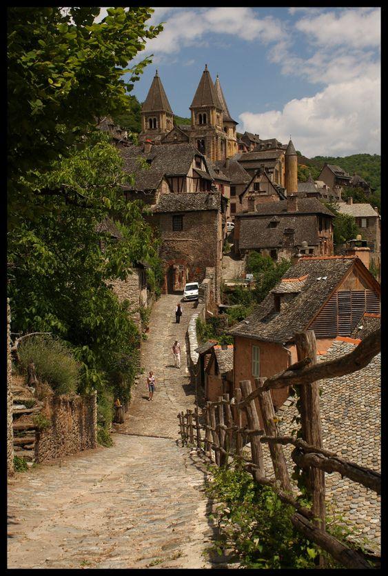 Le village de Conques, dans l'Aveyron est protégé par l'Unesco. En route sur le chemin pour St-Jacques de Compostelle